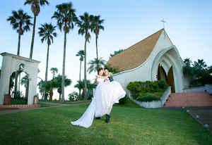 写真館美光スタジオのフォトウェディング&前撮り ANAホリデイインリゾート宮崎、チャペル前でお姫様抱っこ